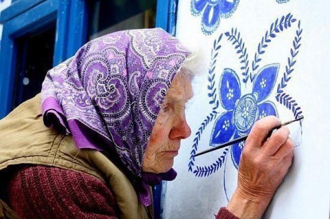 Чешская 80-тилетняя бабушка разукрашивает дома в своей деревне | Анна Черных